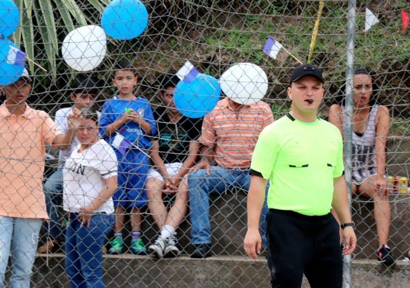 El Alcalde de La Estrella cambió su despacho por una cancha de fútbol