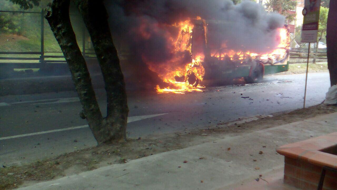 Paro en la ruta Floresta San Juan por bus incinerado en Calasanz