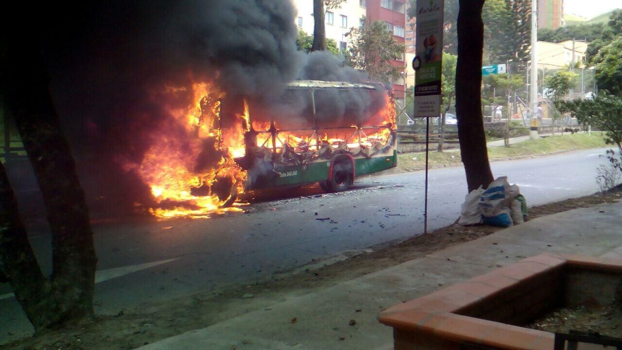Bomberos Medellín atienden incendio de bus en Calasanz