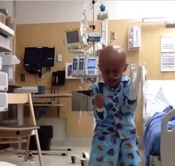 Un niño celebró con un baile la finalización de su tratamiento de cáncer