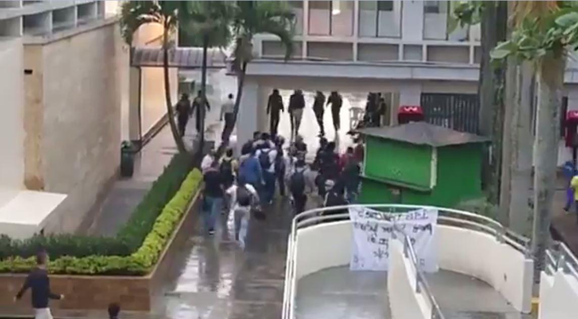 Un grupo de estudiantes expulsó a encapuchados del ITM de Robledo
