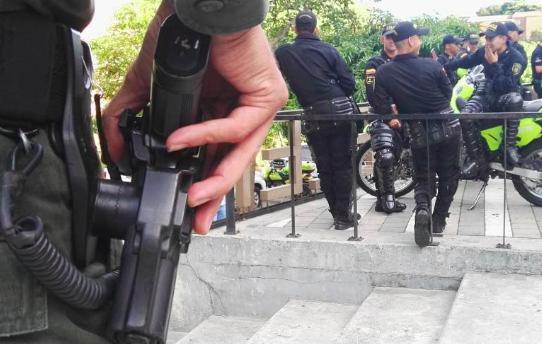 En medio de una requisa, le robaron el arma de dotación a un Policía