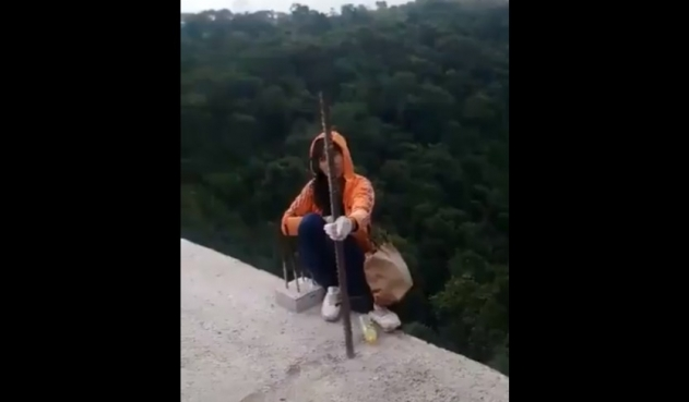 Policías evitaron que una mujer se lanzara de puente de Ibagué