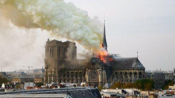 Reportan incendio en la catedral de Notre Dame de París