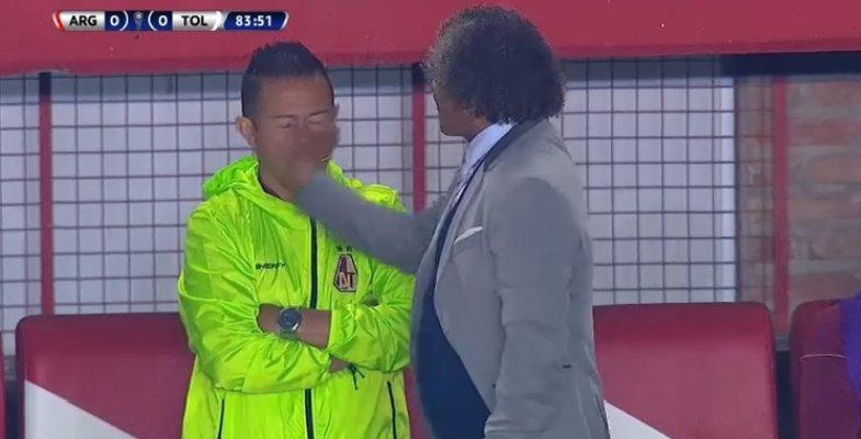 (Video): Cachetada de Alberto Gamero a un asistente causó curiosidad en el juego de Tolima por Sudamericana