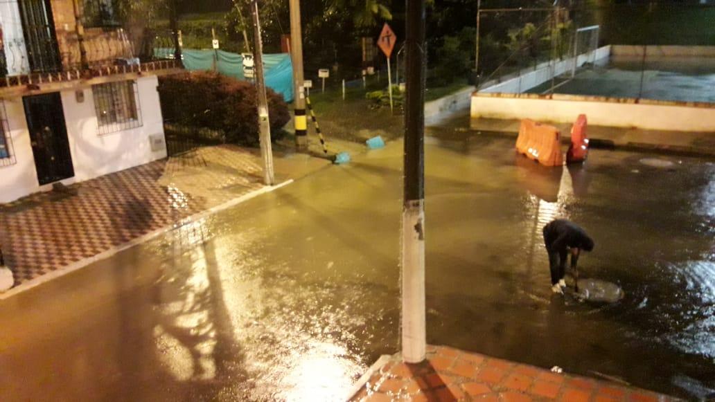 Bomberos atendieron emergencias por las fuertes lluvias en Copacabana