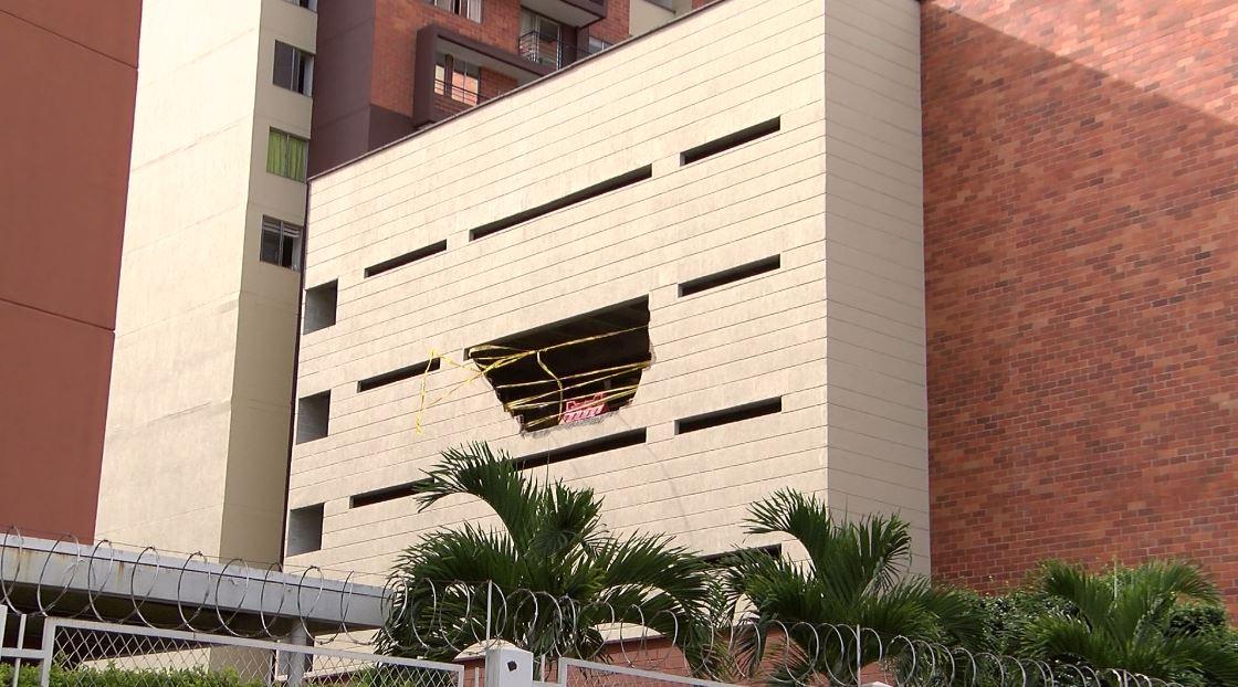 Madre e Hija murieron tras caer un vehículo de un cuarto piso en Los Colores
