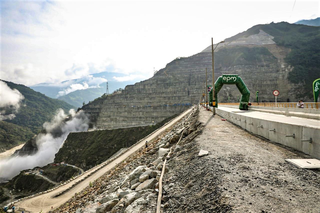 Comenzó a funcionar la vía que pasa por la cresta de la presa en Hidroituango