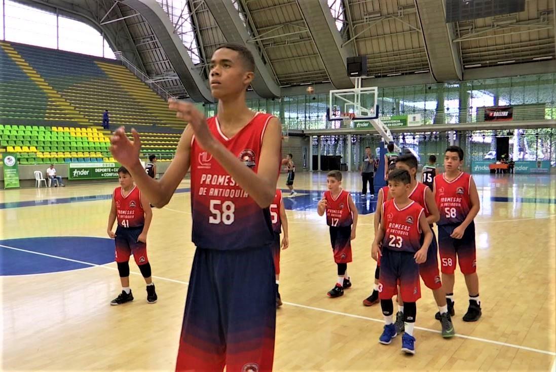 Con más de dos metros de altura, Juan Esteban Madrigal es promesa del baloncesto paisa