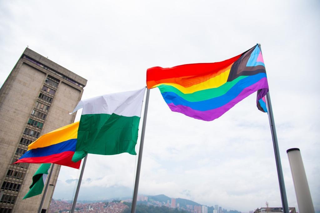 Bandera de la diversidad sexual ondea en la Alcaldía de Medellín