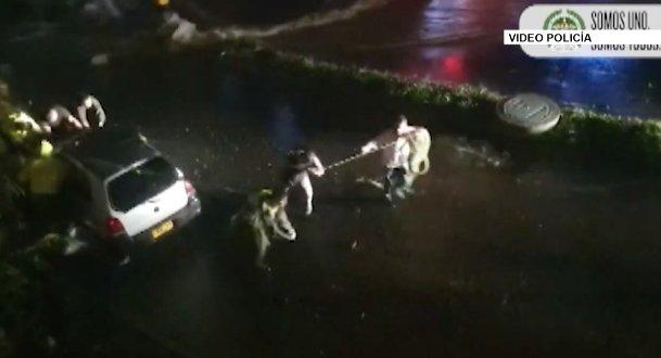 Rescatan dos personas que quedaron atrapadas en un carro por las fuertes lluvias