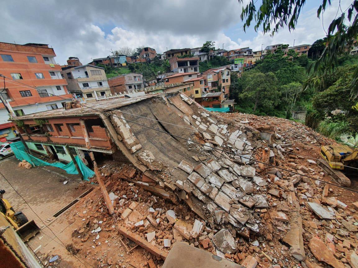 Un obrero muerto deja colapso de plaza de mercado de Yolombó