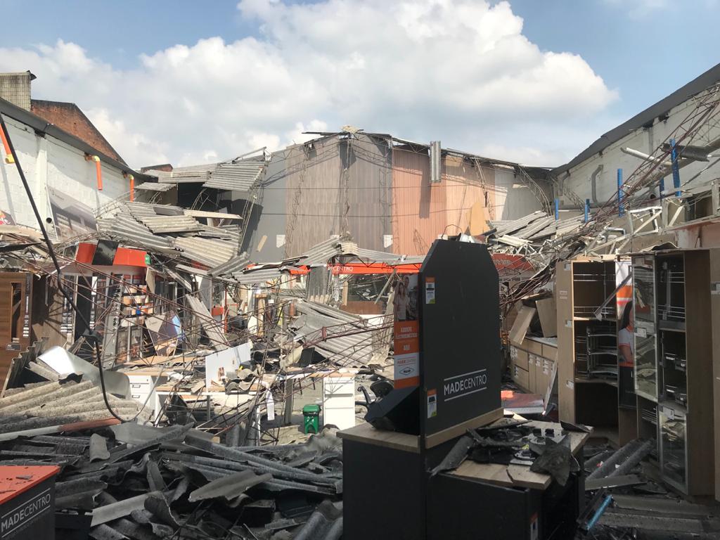 Investigan causas del desplome de almacén de madera en Itagüí