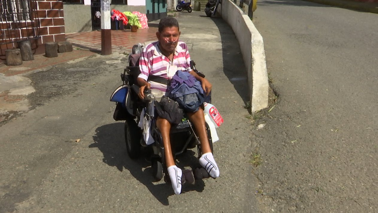 Hombre con discapacidad sobrevive en las calles del Centro de Medellín