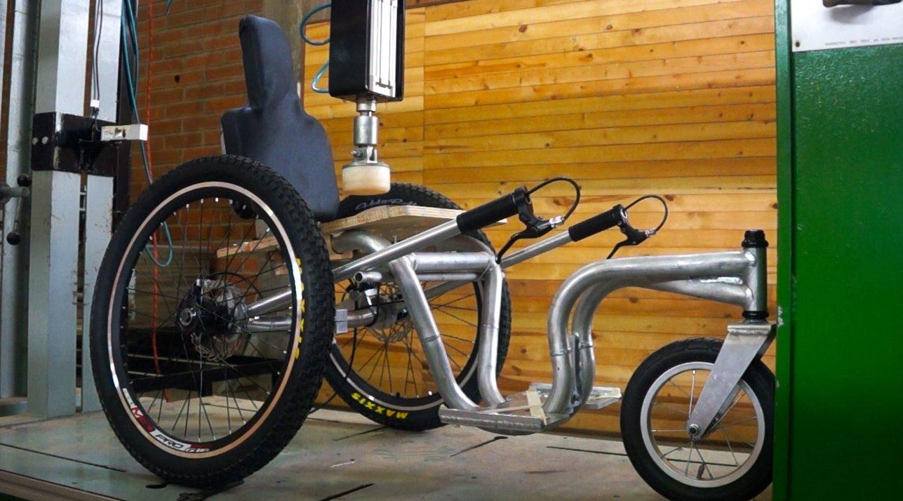 """Universitarios crearon silla de ruedas """"todoterreno"""""""
