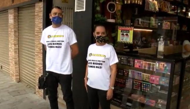 Con camisetas blancas como símbolo de paz comerciantes de Guayaquil abrieron sus negocios