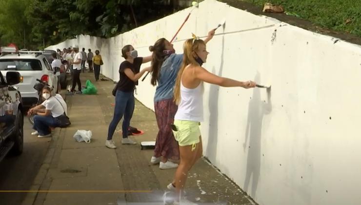 Habitantes de la Loma de Los Parra restauraron paredes rayadas durante las manifestaciones