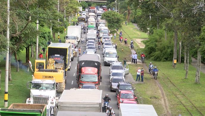 Principales vías de Medellín colapsaron por plan candado de taxistas