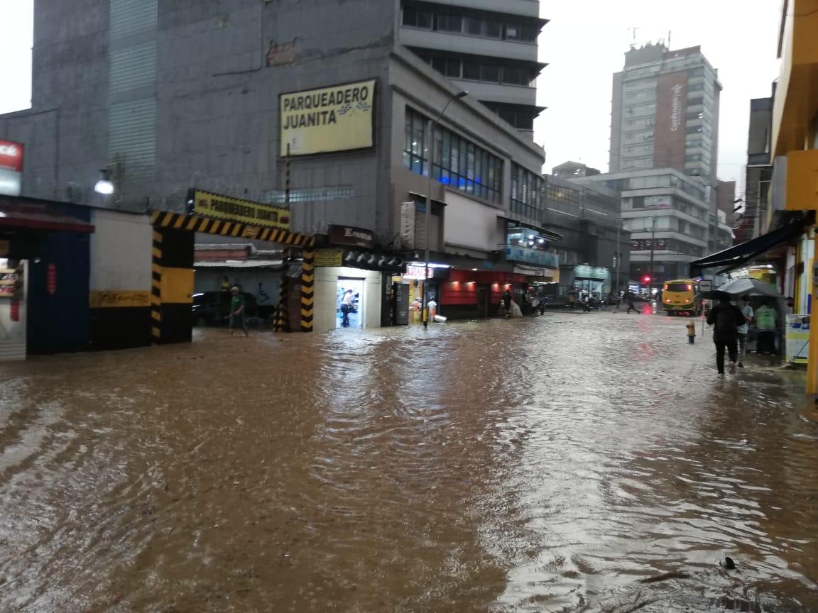 Videos: ciudadanos reportan fuerte aguacero en Medellín