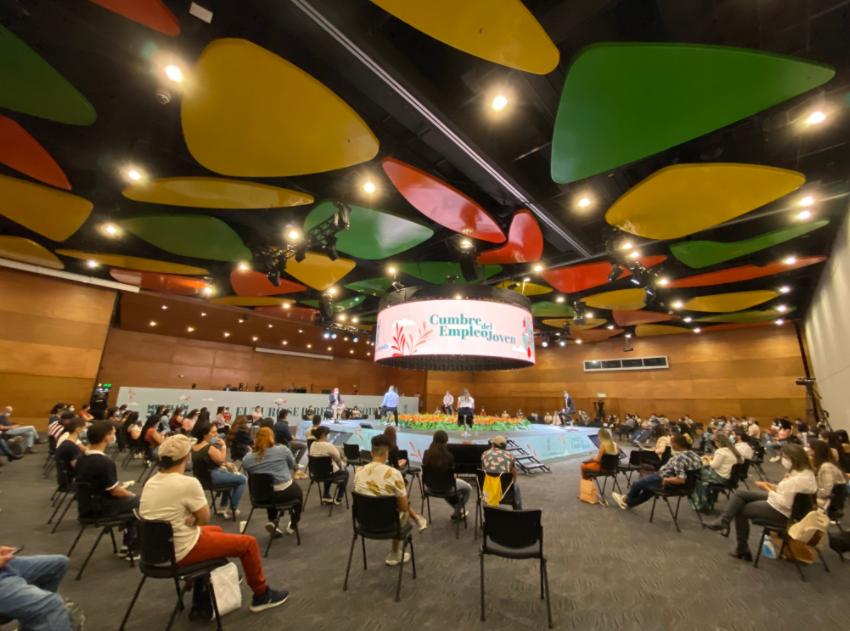 Jóvenes de todo el país asisten a la Cumbre de Empleo en Plaza Mayor