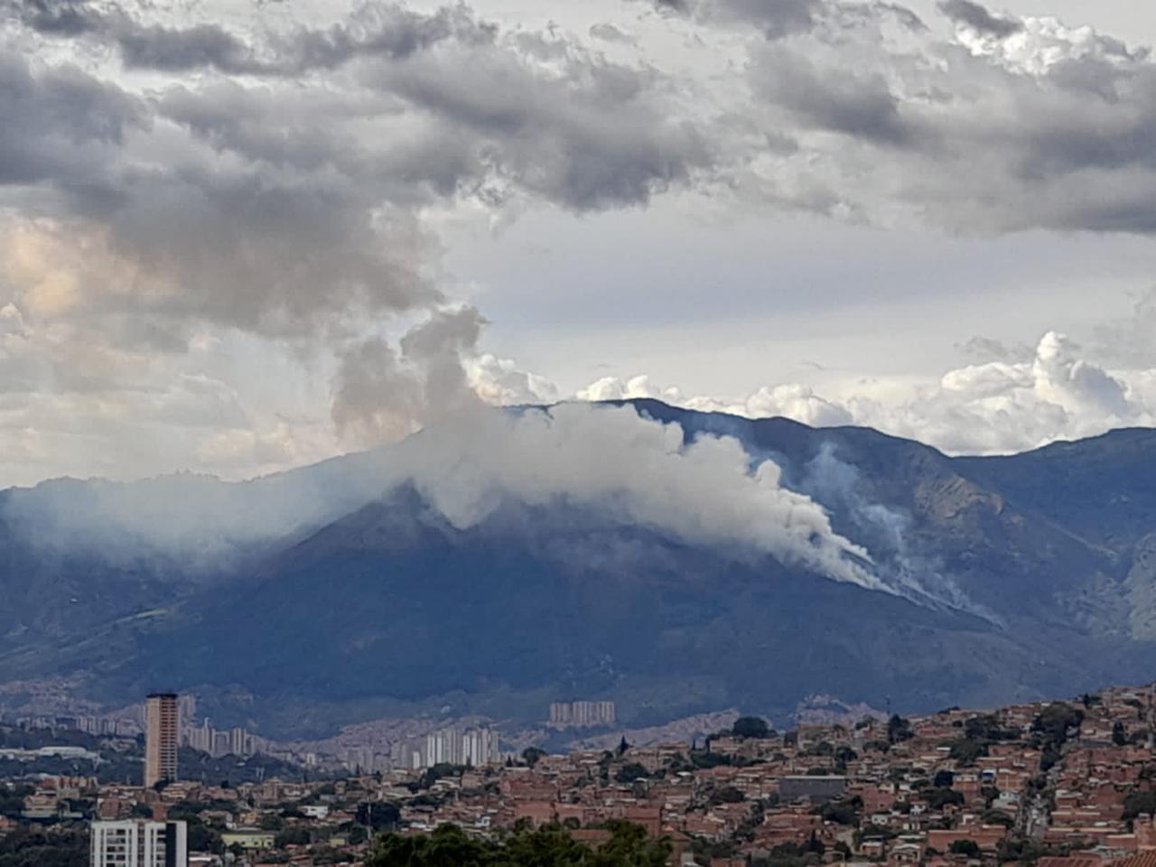 (Video) Se registra un incendio de grandes proporciones en el cerro Quitasol