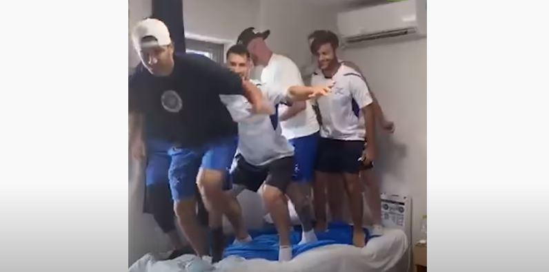 (Video) Atletas israelíes rompieron cama 'antisexo'