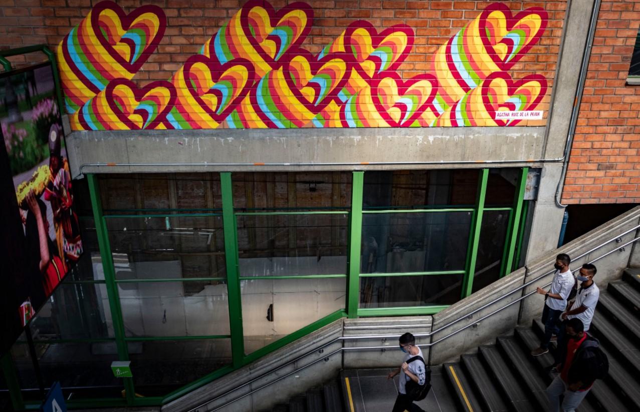 Metro celebra el día de amor y amistad exaltando las diversas formas de amor