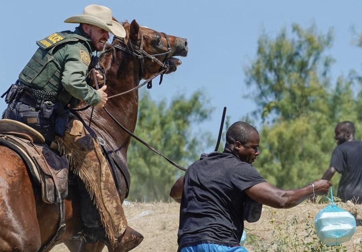 (Fotos) Policías agreden fuertemente a migrantes