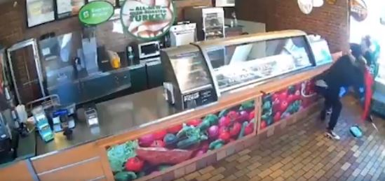(Video) Por ahuyentar un ladrón armado la suspendieron del trabajo