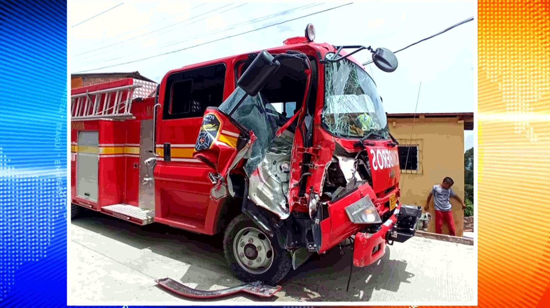 Carro de bomberos de Fredonia se chocó contra camión de basuras