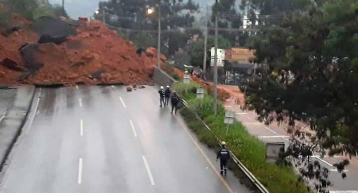 ¡Ojo! Derrumbe tiene colapsada la movilidad en Copacabana